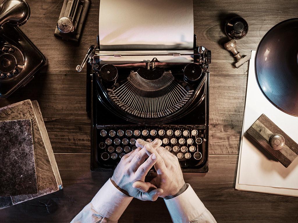 Čovjek piše na starinskoj