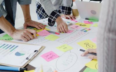 Grupa ljudi planira kampanju