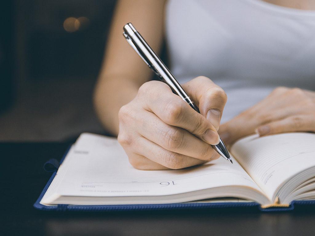Djevojka piše